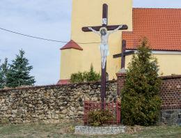 Przydrożny krzyż drewniany obok kościóła Niepokalanego Poczęcia NMP. Stary Jaworów, gmina Jaworzyna Śląska, powiat świdnicki.