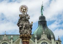 Figura św. Trójcy na szczycie kolumny z drugiej połowy XVII wieku. Fundator Joachim von Sinzendorf. Świdnica, powiat świdnicki.