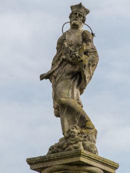 Figura św. Jana Nepomucena na szczycie kapliczki słupowej z 1701 roku. Wierzbna, gmina Żarów, powiat świdnicki.