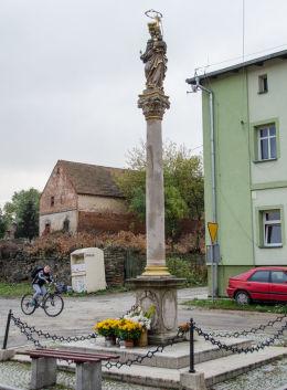 Przydrożna kapliczka kolumnowa. Wirki, gmina Marcinowice, powiat świdnicki.