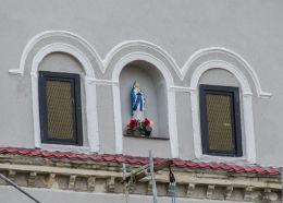 Przydrożna kapliczka w szczycie budynku. Wirki, gmina Marcinowice, powiat świdnicki.