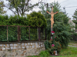 Drewniany krzyż przydrożny z blaszaną figurą Chrystusa. Wirki, gmina Marcinowice, powiat świdnicki.