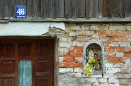 Kapliczka na budynku. Borówno, gmina Czarny Bór, powiat wałbrzyski.