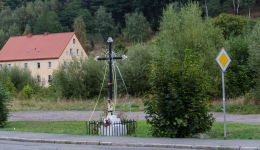 Krzyż przydrożny, metalowy. Głuszyca, powiat wałbrzyski.