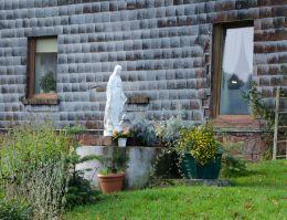 Przydrożna kapliczka z frigurą św. Maryi. Głuszyca Górna, gmina Głuszyca, powiat wałbrzyski.