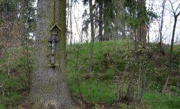 Przydrożna kapliczka, na drzewie. Kolce, gmina Głuszyca, powiat wałbrzyski.