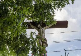 Krzyż przydrożny z kapliczką. Nowe Siodło, gmina Mieroszów, powiat wałbrzyski.