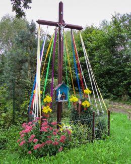 Krzyż przydrożny metalowy z kapliczką. Bogunów, gmina Żórawina, powiat wrocławski.