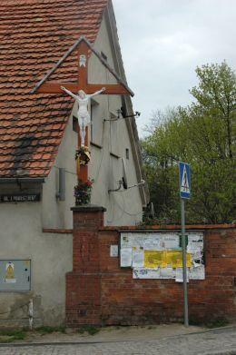 Krzyż przydrożny drewniany. Kąty Wrocławskie, powiat wrocławski.