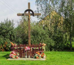 Przydrożny krzyż drewniany. Rolantowice, gminia Kobierzyce, powiat wrocławski.