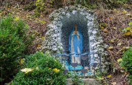 Kapliczka, grota przy dawnej Drodze Niemieckiej wiodącej na szczyt Kalwari. Bardo, powiat ząbkowicki.