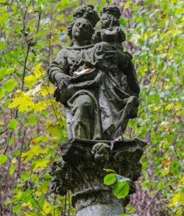 Figura święta na szczycie kapliczki kolumnowej przy drodze na szczyt Kalwari. Bardo, powiat ząbkowicki.