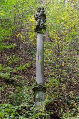 Kapliczka kolumnowa przy drodze wiodącej na szczyt Kalwari. Bardo, powiat ząbkowicki.