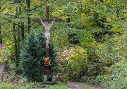 Krzyż drewniany z blaszaną figurą Chrystusa przy drodze wiodącej na szczyt Kalwari. Bardo, powiat ząbkowicki.
