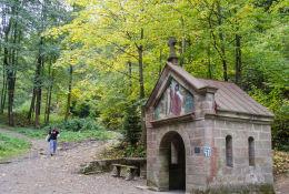 Cudowne Źródełko Maryi przy drodze wiodącej na szczyt Kalwari. Bardo, powiat ząbkowicki.