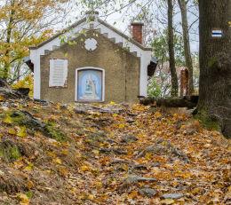 Kapliczka stojąca przy drodze wiodącej na szczyt Kalwari. Bardo, powiat ząbkowicki.