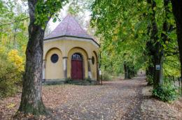 Kaplica Ofiarowania Jezusa z 1939 r na Drodze Różańcowej. Bardo, powiat ząbkowicki.