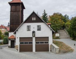 Budynek Ochotniczej Straży Pożarnej z kapliczka z figurą św. Floriana. Bardo, powiat ząbkowicki.