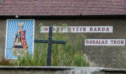 Krzyż obok Bazyliki Mniejszej Nawiedzenia Najświętszej Maryi Panny. Bardo, powiat ząbkowicki.
