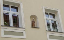 Kapliczka wnękowa w ścianie domu. Bardo, powiat ząbkowicki.