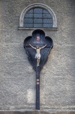 Przydrożny krzyż na ścianie Bazyliki Mniejszej Nawiedzenia Najświętszej Maryi Panny. Bardo, powiat ząbkowicki.