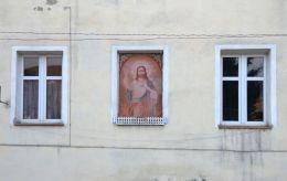 Kapliczka na budynku przy ulicy Rynek. Bardo, powiat ząbkowicki.