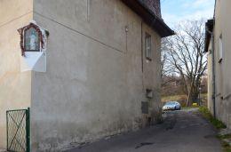 Narożna kapliczka na budynku przy ulicy Rynek. Bardo, powiat ząbkowicki.