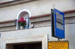 Kapliczka na budynku przy ulicy Głównej. Bardo, powiat ząbkowicki.