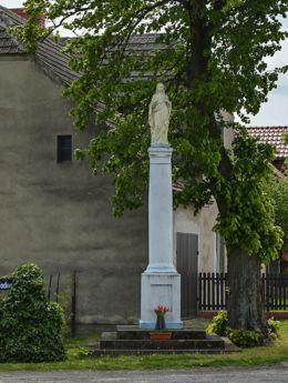 Kapliczka kolumnowa przy ulicy Kościelnej. Szczepanowo, gmina Dąbrowa, powiat mogileński.