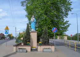 Przydrożna kapliczka z figurą Matki Boskiej z Dzieciątkiem. Więcbork, powiat sępoleński.