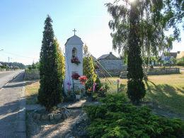 Przydrożna kapliczka z figurą Chrystusa Frasobliwego. Raciąż, gmina Tuchola, powiat tucholski.