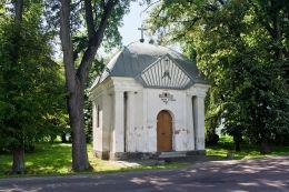 Kapliczka przydrożna domkowa, murowana. Mieniany, gmina Hrubieszów, powiat hrubieszowski.