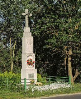 Przydrożny krzyż kamienny. Niebrzegów, gmina Puławy, powiat puławski.