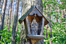 Przydrożna drewniana kapliczka skrzynkowa na słupku. Oblasy, gmina Janowiec, powiat puławski.