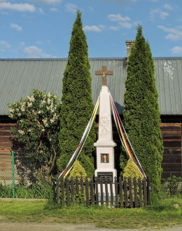 Przydrożny krzyż kamienny z kapliczką. Podwierzbie, gmina Ryki, powiat rycki.