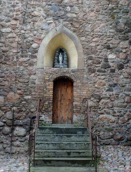 Kapliczka z grotą Matki Bożej nad wejściem do kościoła od strony placu Matejki. Kożuchów, powiat nowosolski.
