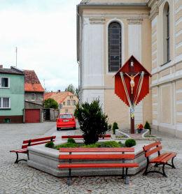Krzyż przy kościele poewangelickim, dziś katolickim pw. Opatrzności Bożej. Nowe Miasteczko, powiat nowosolski.