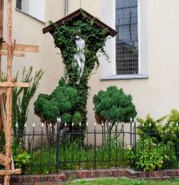Krzyż z ukrzyżowanym Chrystusem przy kościele św. Marii Magdaleny. Nowe Miasteczko, powiat nowosolski.