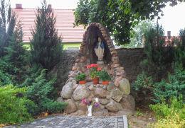Grota Matki Boskiej przy kościele św. Marii Magdaleny. Nowe Miasteczko, powiat nowosolski.