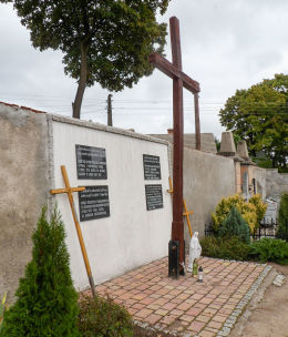 Krzyż i ściana pamięci na cmentarzu komunalnym. Nowe Miasteczko, powiat nowosolski.