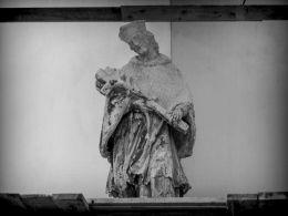 Barokowa figura św. Jana Nepomucena w czasie renowacji. Nowe Miasteczko, powiat nowosolski.