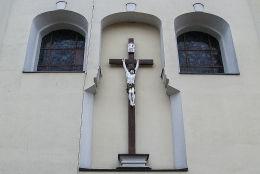 Krzyż pasyjny w fasadzie kościoła farnego. Wschowa, powiat wschowski.