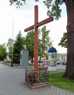 Krzyż w centrum Rynku z 1996 r. w miejscu wcześniejszego z 1947 r. Nowogród Bobrzański, powiat zielonogórski.