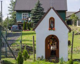 Przydrożna kapliczka domkowa z figurą św. Jana Nepomucena. Łysa Góra, gmina Dębno, powiat brzeski.