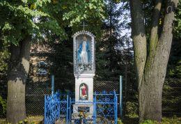 Kapliczka przydrożna. Fundatorzy Franciszek i Agata Dudkowie 1959 r. Sufczyn, gmina Dębno, powiat brzeski.