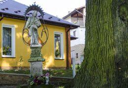 Przydrożna kapliczka z barokową figurą św. Jana Nepomucena. Sufczyn, gmina Dębno, powiat brzeski.