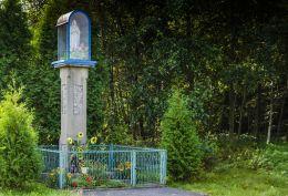 Przydrożna kapliczka słupowa. Biadoliny Szlacheckie, gmina Dębno, powiat brzeski.