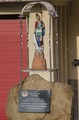Kapliczka z figurą św. Floriana, ufundowana w 2006 roku w 100 lecie istnienia OSP w Łoniowej. Łoniowa, gmina Dębno, powiat brzeski.