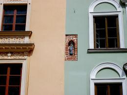 Kapliczka w fasadzie kamienicy przy Placu Mariackim 2. Kraków, Kraków.