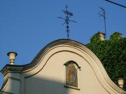 Kapliczka z freskiem w szczycie kamienicy przy ulicy Karmelickiej 12. Kraków, Kraków.
